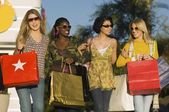 Diversas mujeres cargando bolsas de compras — Foto de Stock