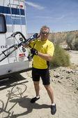Alter mann mit seinem fahrrad — Stockfoto