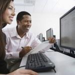 Многонациональное коллег, работающих на компьютере вместе — Стоковое фото