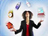 Zakenvrouw jongleren verantwoordelijkheden — Stockfoto