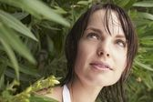 Femme regardant dehors d'arbuste — Photo