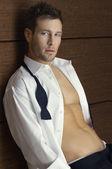 Uomo sexy in abito formale aperta — Foto Stock
