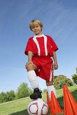 Muchacho con el pie en el balón de fútbol — Foto de Stock