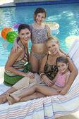 プールサイドで一緒に幸せな家族 — ストック写真