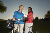 Multiethnic Female Friends With Bicycles — Stock Photo