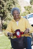 Motorlu scooter üzerinde kadın kıdemli — Stok fotoğraf