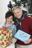 Multietniskt par anläggning gåvor — Stockfoto