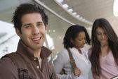 Glücklich jungen männlichen studenten — Stockfoto