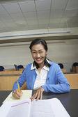 Lärare anteckning ner anteckningar i klassrummet — Stockfoto