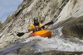 Homme kayak en rivière de montagne — Photo