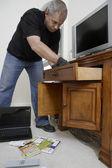 Cambrioleur à la recherche par l'intermédiaire de tiroirs dans la maison — Photo