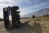 über auto in wüste gerollt — Stockfoto