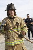 Strażak z funkcjonariuszem policji — Zdjęcie stockowe