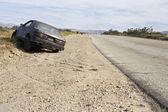 Auto abandonado al borde de carretera — Foto de Stock