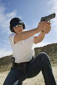 Femme visant pistolet à tir — Photo