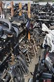 Auto-onderdelen in autokerkhof — Stockfoto