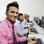 与同事在办公室的年轻客户服务运营商 — 图库照片