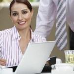 mooie zakenvrouw schrijven notities — Stockfoto