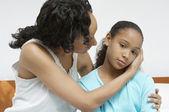 Filha doente reconfortante de mulher — Fotografia Stock