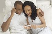 Paar gelukkig met de zwangerschap testresultaten — Stockfoto