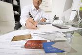 Affärsman som arbetar på skrivbordet — Stockfoto