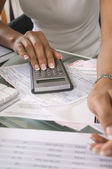 女人计算预算 — 图库照片