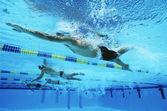 Schwimmer schwimmen zusammen in einer linie beim rennen — Stockfoto