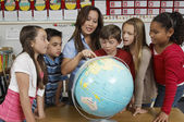Teacher Explaining Globe To Students — Photo