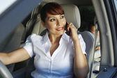 Mujer llamada con hijo sentado en el asiento trasero — Foto de Stock