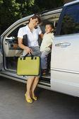 Biznes kobieta przy użyciu telefonu komórkowego z synem w samochodzie — Zdjęcie stockowe