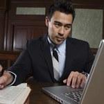 mannelijke advocaat met behulp van laptop — Stockfoto