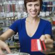 kobieta asystent sprzedaży na licznik z kasą — Zdjęcie stockowe