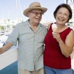pareja caucásica senior alegre celebración de helados — Foto de Stock