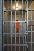 刑務所の独房で刑事 — ストック写真