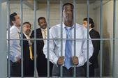 Groupe d'hommes dans une cellule de prison — Photo