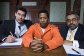 Criminel et avocats assis dans la salle d'audience — Photo