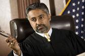 судья мужчины в зале суда — Стоковое фото