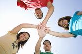 прижавшись друг руки учащихся средней школы — Стоковое фото
