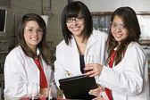учащихся средней школы с профессором в химической лаборатории — Стоковое фото