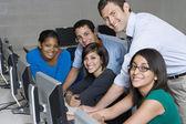 Maestro y los estudiantes en el laboratorio de computación — Foto de Stock