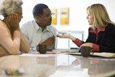 Coppia assistenza consulente finanziario — Foto Stock