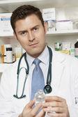 Doctor hombre sosteniendo la botella de drogas — Foto de Stock