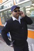 Fahrer auf abruf stehen mit dem bus — Stockfoto