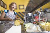Retrato de mujer que trabajaba en restaurante — Foto de Stock