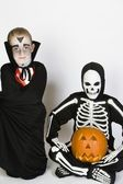 Cadılar bayramı kostümleri giymiş iki erkek — Stok fotoğraf