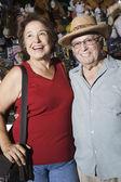 Feliz pareja senior en tienda de souvenirs — Foto de Stock