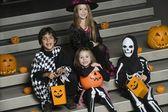 Adımlar üzerinde halloween kostümleri giyen çocuk — Stok fotoğraf