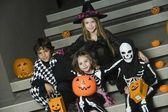 дети в костюмах хэллоуина, сидя на лестнице — Стоковое фото