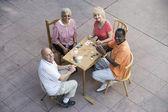 Amigos sênior feliz jogando cartas — Fotografia Stock