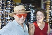 üst düzey çift güneş gözlüğü dükkanında çalışıyor — Stok fotoğraf
